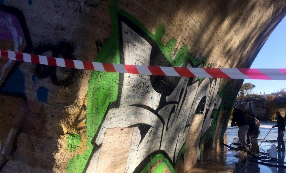 """Roma, Ponte Cestio: al via la rimozione di graffiti e scritte vandaliche. """"È un patrimonio da difendere"""""""