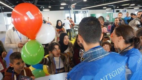Abbracci, lacrime e palloncini: a Fiumicino arrivano altri 69 migranti con i corridoi umanitari