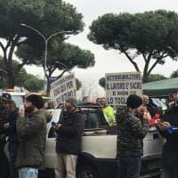 Roma, sit-in di protesta degli autodemolitori sulla Colombo.