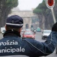 Roma, stretta sull'uso del cellulare alla guida: più vigili per i controlli