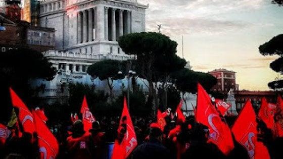"""Polizia a manifestanti """"Via le bandiere sotto l'Altare della Patria"""". Cgil: """"Clima preoccupante"""""""