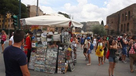 Stretta sui negozi in centro a Roma, la giunta ora cambia linea