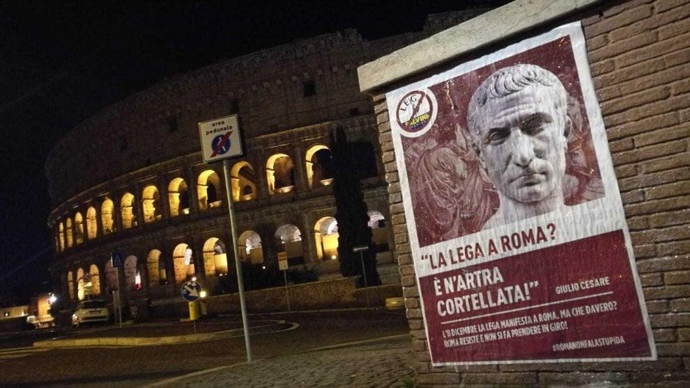 Roma, dal Colosseo a Testaccio, manifesti contro Salvini