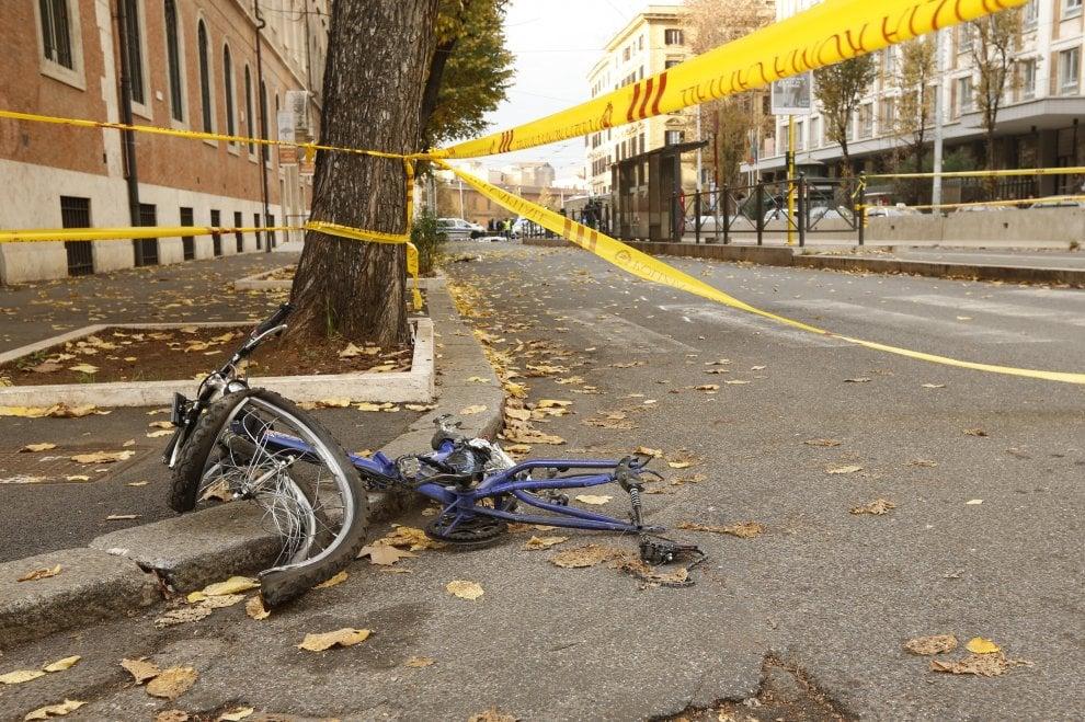 Roma, incidente mortale in via Merulana: ciclista travolto e ucciso da un pullman