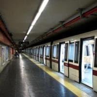 Roma, l'odio viaggia anche in metro: rom pestata davanti alla figlia per un tentato furto