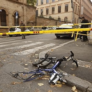 Roma, muore ciclista investito da pullman in centro