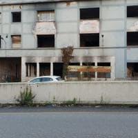 Roma, ex Penicillina: ruspe in azione per ripulire le aree antistanti l'edificio abbandonato