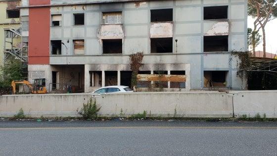 Roma, ex Penicillina: bobcat in azione per ripulire le aree antistanti l'edificio abbandonato