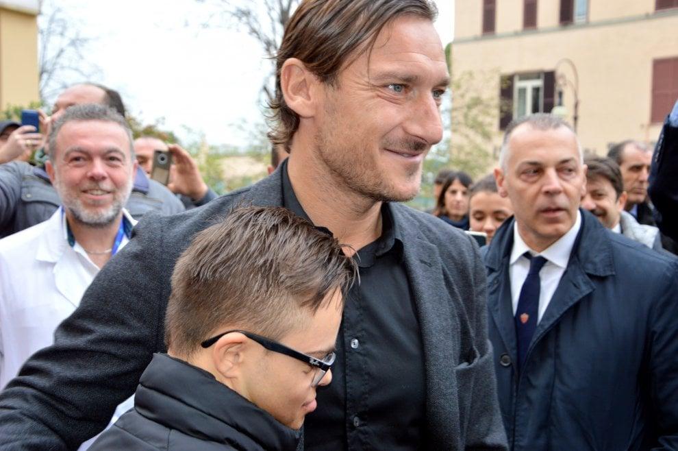 Totti a sorpresa in visita ai piccoli pazienti del Bambino Gesù di Roma