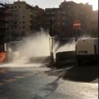 Roma, tubatura rotta sulla Balduina, strada allagata