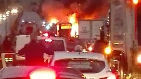 Roma, bus in fiamme sulla Pontina: nessun ferito