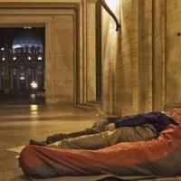 Clochard soccorso in strada muore in ospedale: ipotesi freddo, disposta l'autopsia