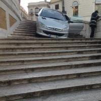 Roma, ubriaco va giù con l'auto dalla scalinata di Trinità dei Monti: