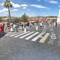 Roma, ubriaco con l'auto sulla scalinata di Trinità dei Monti