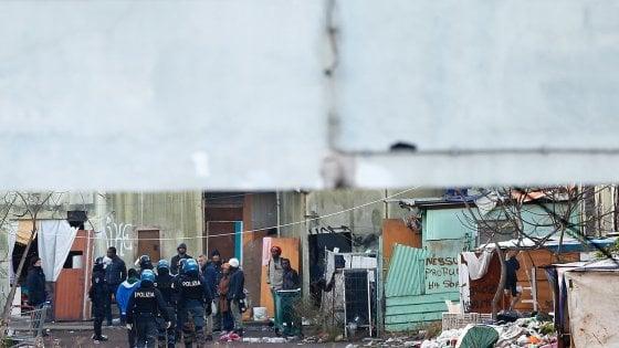 Roma, sgomberata  l'ex fabbrica della Penicillina: all'interno 40 persone. C'è anche Salvini: residenti lo contestano