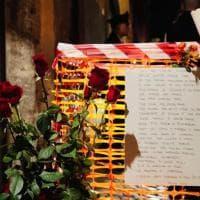 Pietre d'inciampo rubate: al presidio silenzioso fiori, candele e le parole di Primo Levi