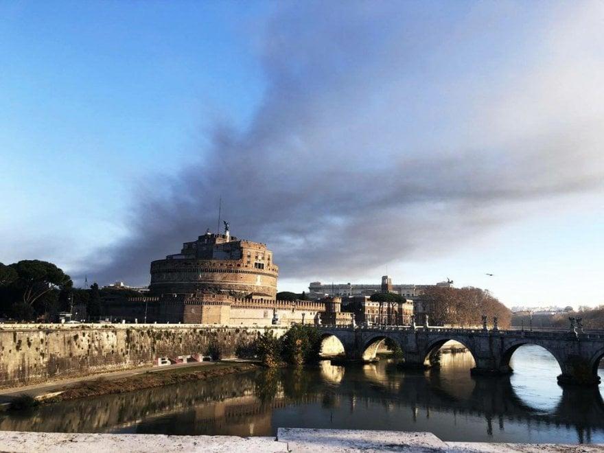 Roma, la nube dell'incendio al Tmb visibile da tutta la città