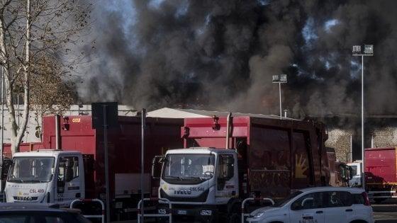 Incendio al Tmb Salario, a Roma è già emergenza rifiuti. Impianti al collasso, corsa contro il tempo