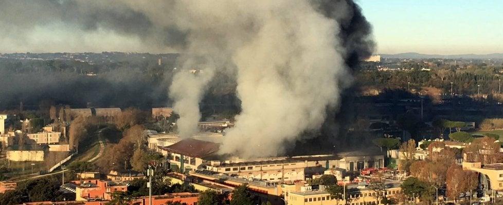 """Incendio al Tmb Salario: brucia impianto per trattare rifiuti a Roma. Nube di fumo: """"Tenete le finestre chiuse"""". Rischio emergenza raccolta"""