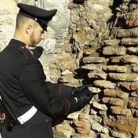 Colosseo, fermato un turista: si era infilato in tasca un reperto