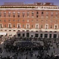 Roma, uomo accoltellato in piazza San Silvestro dopo una lite sul bus