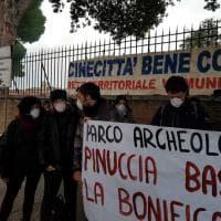 """Roma, la protesta dei cittadini davanti all'assessorato: """"Parco di Centocelle, bonifica subito"""""""