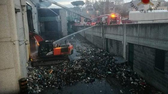 """Incendio Tmb Salario, Arpa: """"Aria più inquinata. Diossina sopra lo standard"""". Raggi: """"Scongiurata emergenza rifiuti a Natale"""""""