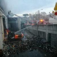 """Incendio Tmb Salario, Arpa: """"Aria più inquinata. Diossina sopra lo standard"""". Raggi:..."""