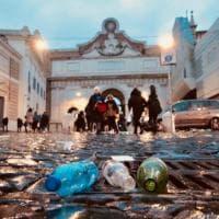 Roma, bottiglie, cartacce e avanzi: piazza del Popolo ridotta a discarica dopo il passaggio dei tifosi