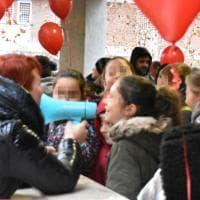 Roma, a Piazza Forlanini il flash mob #insiemesipuò-la mia scuola merita di più: megafono e palloncini rossi