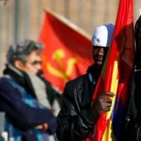 """Roma, migranti in piazza per i diritti: """"Basta razzismo, no Salvini"""". Molti 'gilet gialli'"""