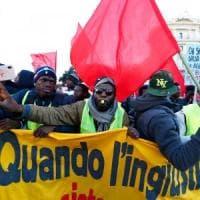 Migranti in piazza a Roma per i diritti, slogan e striscioni: