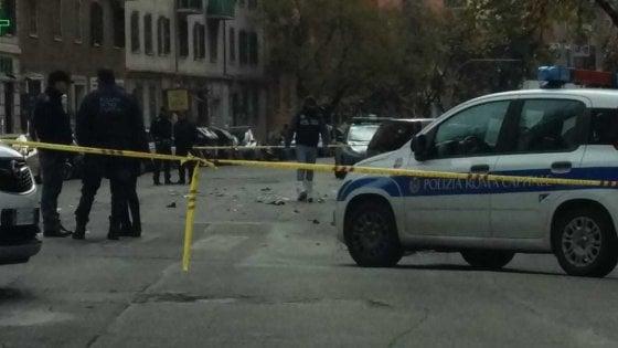 Roma, auto pirata travolge e uccide motociclista: fermate tre persone