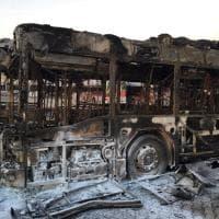 Atac, bus carbonizzati dopo l'incendio nella rimessa di Tor Pagnotta