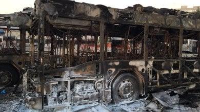 Fiamme nella rimessa Atac di Tor Pagnotta due bus distrutti. Nessun ferito  video