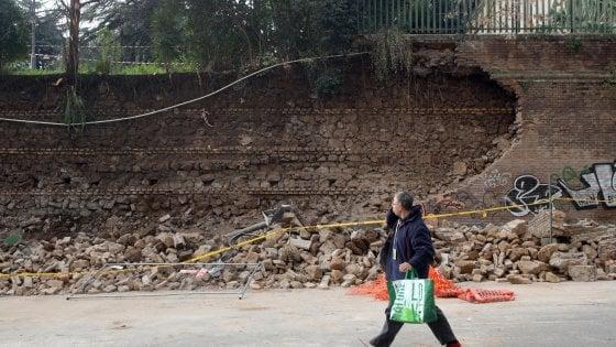"""Crollato nella notte a Roma muro a San Lorenzo: """"Boato tremendo"""". nessuna vittima, danneggiate alcune auto"""