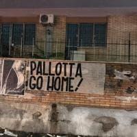 """""""Pallotta vattene, go home"""" la città invasa dagli striscioni contro il presidente della Roma"""