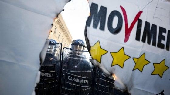 """Protesta  degli Ncc a Roma, tensioni in centro. Slogan contro governo: """"Buffoni"""". Bruciata una bandiera M5S"""