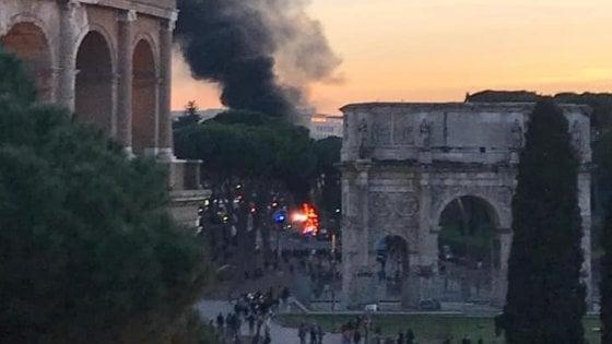Roma, openbus turistico in fiamme al Colosseo: nessun ferito