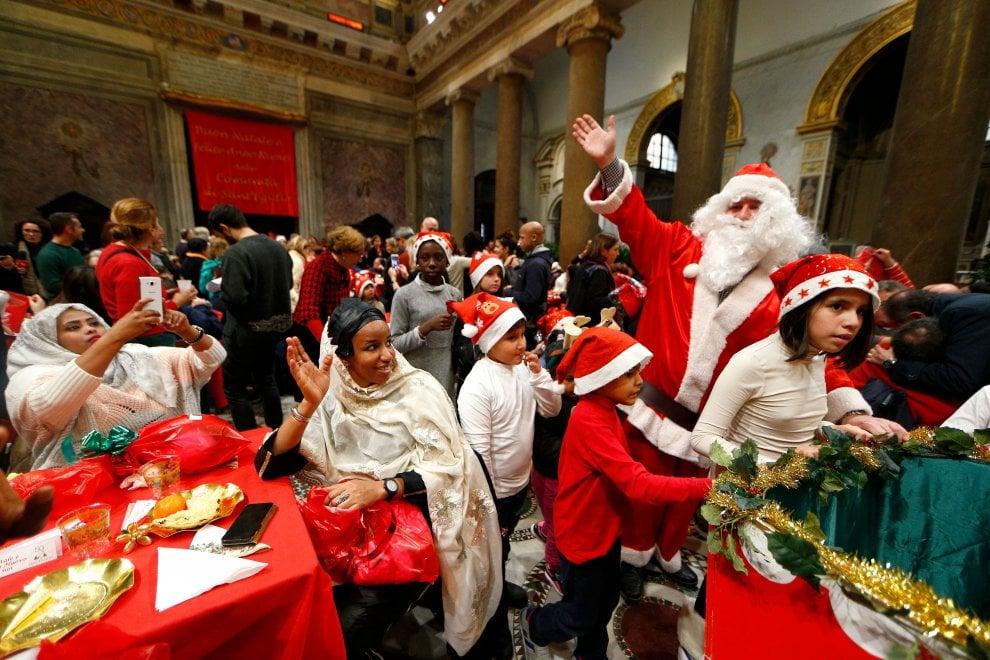 Il pranzo di Natale della Comunità di Sant'Egidio, alla mensa con i più sfortunati