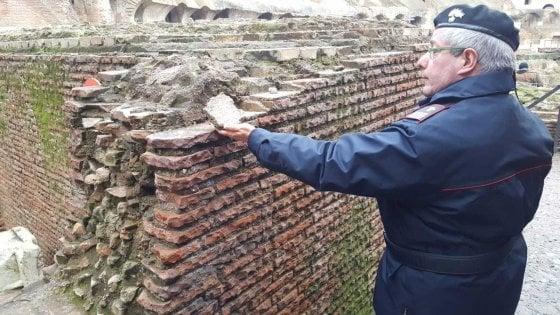 Roma, turista americano stacca frammento da muro dentro Colosseo