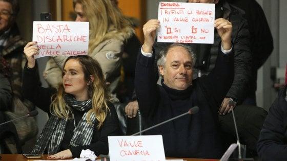 """Rifiuti Roma, """"Basta discariche in Valle Galeria"""". Raggi contestata durante l'assemblea su Ponte Malnome"""