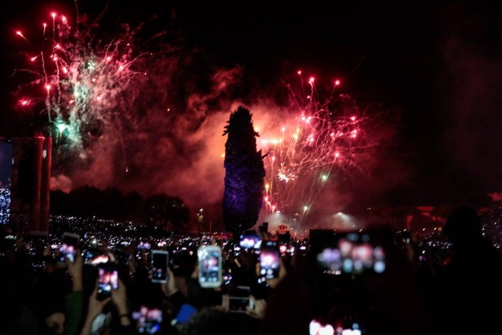 """Capodanno a Roma, in 40mila al Circo Massimo. Raggi: """"Un successo"""". Polemica su rifiuti"""