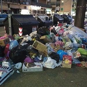 Roma, l'ultima idea dei 5S: chiedere ai cittadini di spazzare i marciapiedi di casa