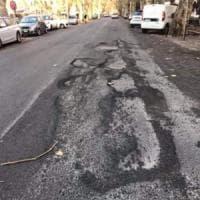 Roma, buche e crepe nell'asfalto appena posato: via Galvani già da rifare venti giorni dopo i lavori