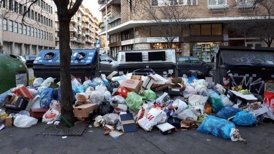 """Rifiuti a Roma, scuole aperte. Il ministro Bussetti: """"Giusta la segnalazione dei presidi"""""""