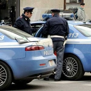 Roma, inseguito da polizia scappa a piedi dopo furto auto: cade, sbatte la testa e muore