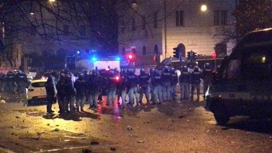 Roma, scontri fra tifosi laziali e polizia: otto agenti feriti. Un arresto e tre denunce. E spuntano nuovi adesivi antisemiti
