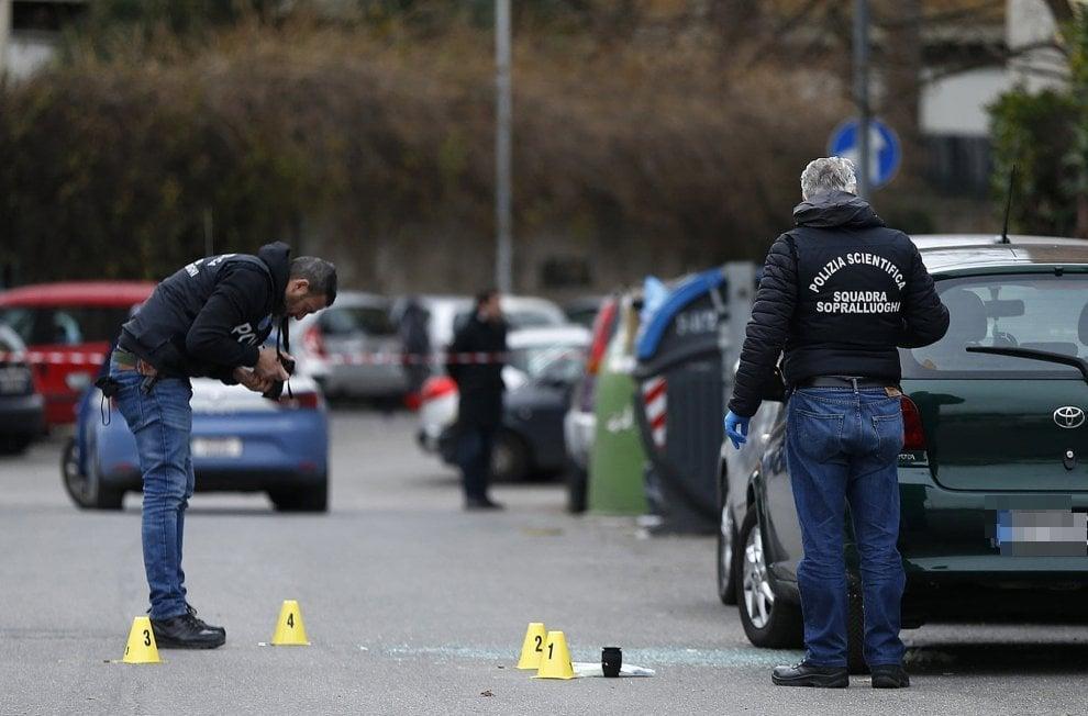 Roma, mirano in testa e sparano a un uomo davanti a un asilo della Magliana
