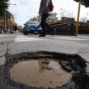 Fondi extra per le buche di Roma, il Comune si affida al Mit per spenderli